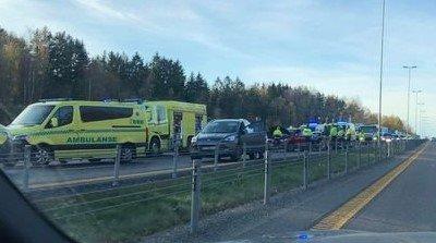 PÅKJØRSEL BAKFRA: To biler krasjet i hverandre på E6. Det førte til kilometerlange køer.