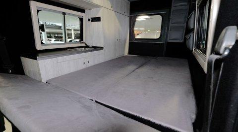 Soverom, stue og kjøkken i ett. Her handler det om å utnytte hver kvadratcentimeter av plassen.