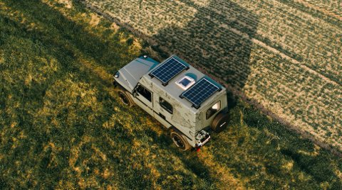 Solcellepaneler på taket, de sørger for å fylle opp batteriene som gir strøm til interiøret.