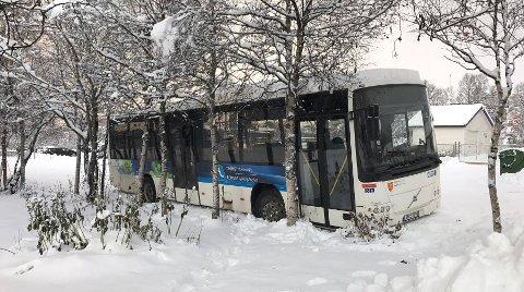 I GRØFTA: Det gikk galt for bussen i Ørnevegen.