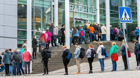 SISTE INNSPURT: Velgerne stiller seg tålmodig i kø foran Rådhuset i Tromsø mandag ettermiddag.