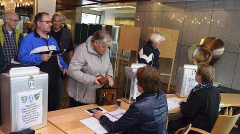 JEVNT TILSIG: I stemmelokalet i Gjøvik rådhus har det vært jevnt tilsig av velgere gjennom dagen, som gir sitt råd i saken om ja eller nei til storkommune.Foto: Sæmund Moshagen
