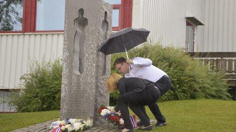 Blomsternedleggelse: Ordfører Guri Bråthen og fylkesordfører Even Alexander Hagen legger ned krans på minnestøtten på Lena. FOTO: Una Fadum Aune