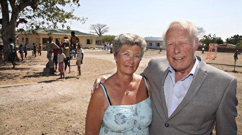 I MALAWI: Karin Gjestand Pedersen og Knut Pedersen fra Skreia er med i Odd Fellow og var med da SOS-barnebyer åpnet en barneby i Malawi, støttet av Odd Fellow. Foto: Bjørn-Owe Holmberg