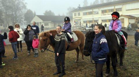 PÅ RIDETUR: Islandshestene fikk mange runder på skoleplassen. Her er det Anasara og Kristine som sitter i salen, og etter rideturen var det fotografering. FOTO: Hans Olav Granheim