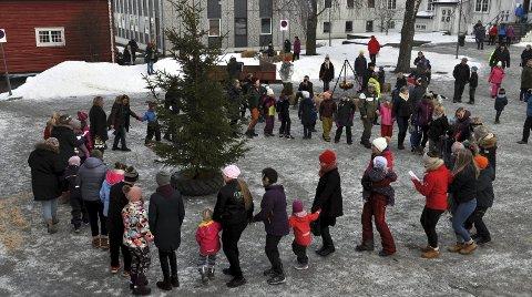 SÅ GÅR VI RUNDT: På tunet var det gang rundt juletreet, og avsynging av noen av de populære julesangene.FOTO: Hans Olav Granheim
