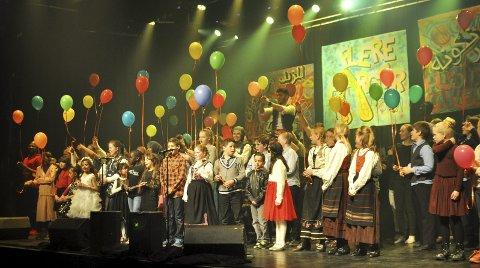 BALLONGER: Med Ballongvisa, som Skreias egen Maj Britt Andersen har sunget inn, sluttet konserten, og de nærmere 100 opptredende kunne ta mot applaus fra en fullsatt sal. FOTO: Hans Olav Granheim