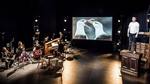 INGEN ALBATROSS: Frank Havrøy, til høyre, spiller mannen som vet det meste om albatrosser, men finner ut at han aldri kan få et så velordnet liv som        de har.FOTO: Gisle Bjørneby