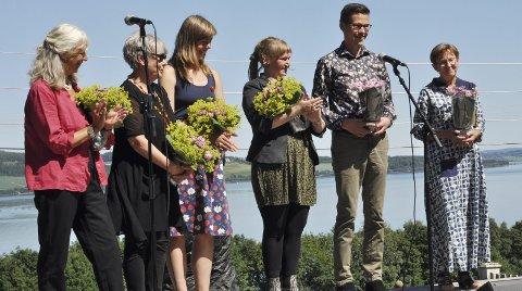 UTSTILLERE:Fire av de åtte utstillerne var til stede. Fra venstre: Karin Klim, Inger Marie Berg, Kari Mølstad og Ellen V. Larsson. Her sammen med kuratorene Tomas Gjetmundsen og Liv Blåvarp, som også åpnet utstillingen.FOTO: Hans Olav Granheim