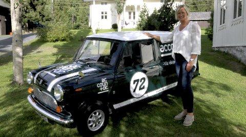 KLENODIUM: Kirsti Hagaseth steller godt med sin 72-modell Morris Minivan 1000.FOTO: GEIR norling