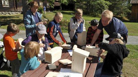 BYGGEBOOM: Fuglekasser ble produsert på løpende bånd under ledelse av «byggmester» Arne Julsrud Berg.FOTO: Hans Olav Granheim