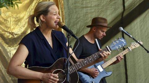 MENINGSFYLTE SANGER: Frida Ånnevik, med Haldor Røyne på gitar, presenterte et knippe sanger som passet godt inn i den lune sommerstemningen på Fjordheim.FOTO: Hans Olav Granheim