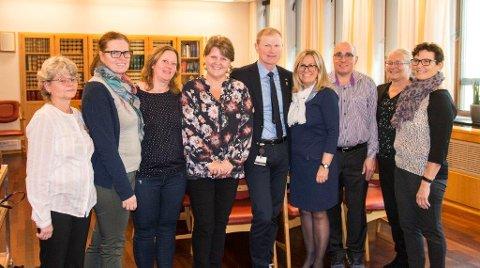 PÅ STORTINGET: De ansatte på kjøkkenet til Solborg Bo- og aktivitetssenter ble gratulert av tidligere Ski-ordfører Anne Kristine Linnestad på Stortinget.