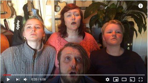 QUEEN-LOOKALIKES: Familien Embla, Aurora, Frid og Odd Einar Nordheim fra Siggerud.