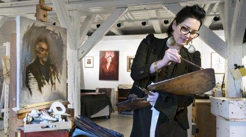 FAST: Hege Elisabeth Haugen har fartet verden rundt, men trives godt med sitt atelier i Steinbrakka på Fredriksvern Verft.