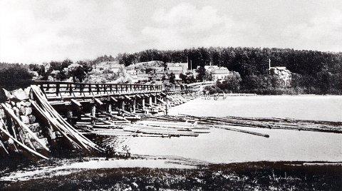GLOPPE BRU før midtpartiet ble ødelagt av flommen i 1927 og erstattet med en jernbru laget ved Alfr. Andersens Mek. Verksted.