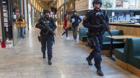 Søker: Kort tid etter at alarmen gikk var politiet på plass. Her søker de gjennom Charlottenberg shoppingsenter på jakt etter terroristene. Bilder: Kjell R. Hermansen