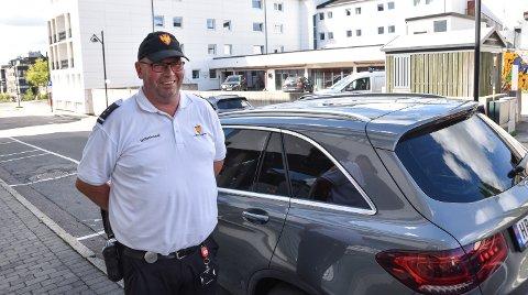 PÅ VAKT: Alf-Helge Rask er en av Elverum kommunes tre trafikkbetjenter.