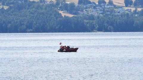 STOR LETEAKSJON: Store mannskaper søkte etter den savnede fra søndag kveld til tirsdag kveld. Her er en båt fra Røde Kors Hjelpekorps i aksjon i Nessundet tirsdag ettermiddag.