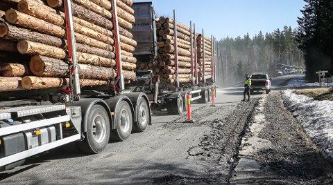 STORE SKADER: Det ble for tungt og for intensiv trafikk med mange vogntog med tung last, her en med 74 tonns totalvekt. I bakgrunnen ser vi driftsleder hos NCC Solør, Jan Engebretsen. Det er NCC som skal utbedre skadene.