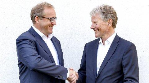 Rune Fjeldstad (t.v.) blir sjef i den sammenslåtte banken. Bjørn Engaas takker av.