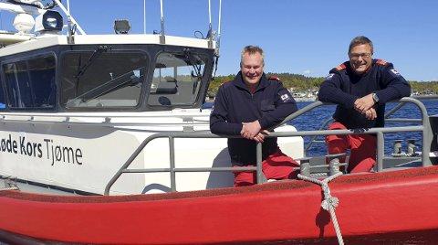 HJELPEKORPSETS STOLTHET: Her står Arne Magnus Berge og Egill Elvestad om bord i farkosten som skal gjøre sommeren trygg for titusenvis av folk i skjærgården.