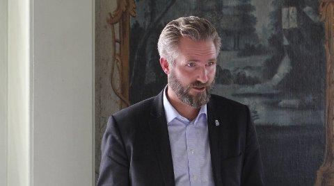 LYTTEMØTE: Thor Kamfjord fremførte innspill fra Brevik vel under lyttemøtet til klima og miljøminister Ola Elvestuen i Brevik.