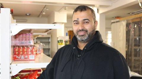 STENGER SNART: Jafar Al-Shereifi har drevet Asiamat Langesund på torget i ett år. Men butikken har ikke vært lønnsom nok til at det går an å leve av den, sier familiefaren som er i ferd med å selge ut varebeholdningen og stenge butikken i løpet av neste uke. – Langesund er en sommerby og ikke en handelsby hele året. Det er min erfaring, sier Jafar.