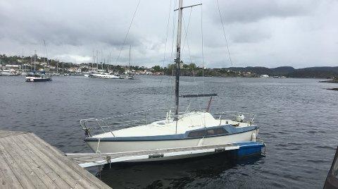 Vet du hvem som eier denne seilbåten, så kontakt politiet.