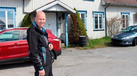 SELGER: Tom Bukta og søsteren Tonje har bestemt seg for å selge bolighuset i Tordenskioldsgate 9 i Langesund. – Nå har vi søkt i 8 år om å få rive huset og sette opp en ny tomannsbolig. Vi har gitt opp, sier Tom Bukta.