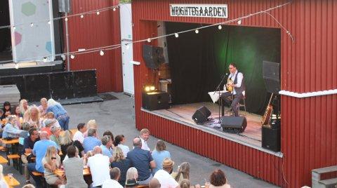 HAGESCENEN: Konsertene på Wrightegaarden denne sommeren, skal foregå på den lille Hagescenen der artisten Magnus Grønneberg opptrådte alene for et publikum på 800 i juli 2019. I sommer vil det være sitteplasser til 200 personer ved bordene, regulert med avstand.