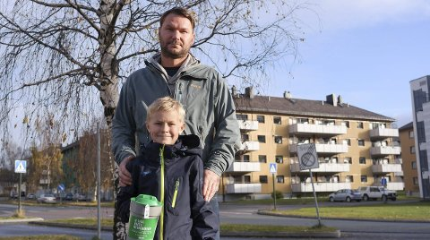 Bøssebærere: Sander Bjørkmo på 10 år, hadde med seg pappa Lars Bjørkmo da han gikk som bøssebærer for Tv-aksjonen 2015.Foto: Lisa Ditlefsen