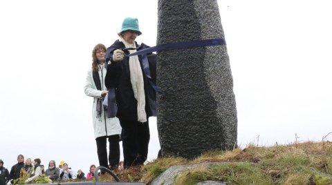 SYMBOLSK ÅPNING: Hennes Kongelige Høyhet Dronning Sonja foretok den symbolske åpningen av skulpturen på Træna torsdag. Foto: Trond-Erlend Willassen