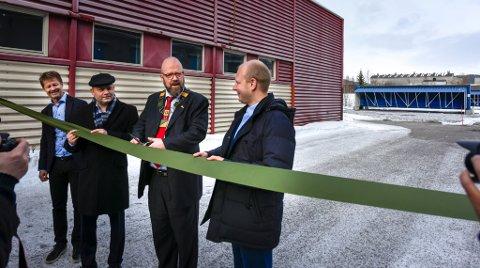 Bitfury group åpnet datasenteret sitt i de gamle lokalene til Eka på Koksverktomta tirsdag. Fra venstre Arild Markussen fra Helgeland Kraft, Arve Ulriksen fra MIP, ordførere Geir Waage og Bitfury-sjef Valery Vavilov.