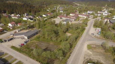 På dette overgrodde området, nær barnehage, skole og eldreboliger, skal det neste år bygges en allaktivitetsarena på Storforshei. Foto: Storforshei IF