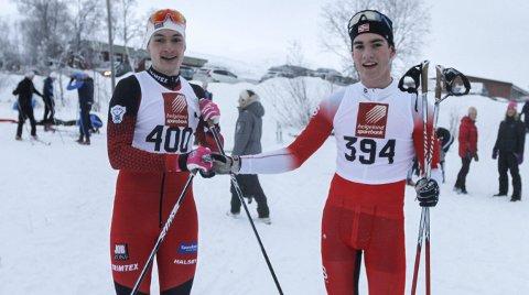 GRATULERER: Jesper Abelsen Andreasen gratulerer Preben Horven med seieren i fellesstarten over 10 kilometer på Granmoen.  Foto: Per Vikan