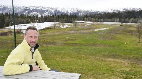 Den seine vinteren gjør at golfsesongen er flere uker forsinket. Slik så det ut sist fredag. – Men lørdag er vi klare til å åpne hele anlegget, sier Jonas Alvsing, som skal lede kursene på anlegget. Foto: Trond Isaksen