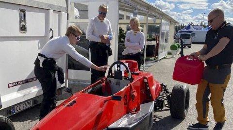Siren Dalmo og pappa Wiggo Dalmo var begge i aksjon poå Vålerbanen lørdag. Mens pappa kom påpallen i klasse GT1, havnet Siren utenfor banen - og valgte etter hvert å bryte.