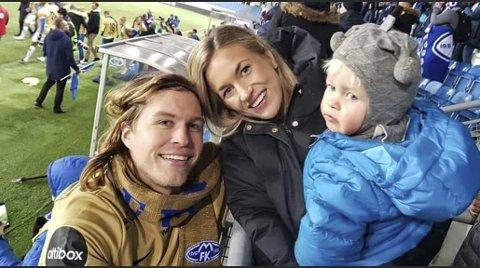 Martin Bjørnbak sammen med samboer Benedicte Tonning Hansen og parets tre og et halvt år gamle sønn, Lavrans Tonning Bjørnbak. Bildet er tatt etter en kamp i fjorårssesongen.