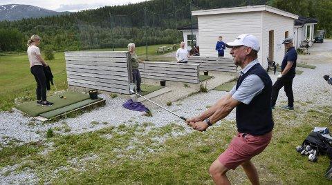 Kursleder for det såkalte VG1-kurset, Jonas Alvsing, ser at ungdommen for alvor er i ferd med å finne veien til golfbanen på Alteren. Foto: Trond Isaksen