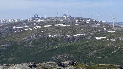 KRAFTPRODUKSJON: Flere turbiner er ferdig på Elvdalsfjellet og Sæterdalsfjellet. Onsdag 7. juli settes det spenning på kraftstasjon nummer to (SS2), og torsdag i neste uke settes det spenning på de første fem turbinene. Bildet er tatt fra Øyfjellet. Foto: Geir Arne Glad