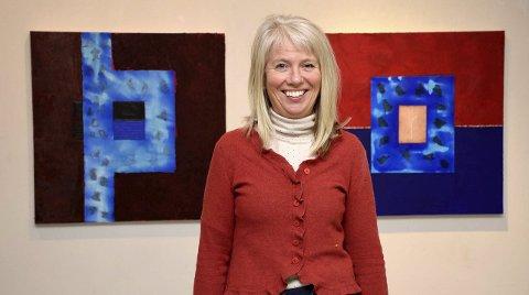 Gallerist Elenor Martinsen er selv kunstner, her står hun foran to av sine egne collager. – Jeg søker ofte harmoni og ro når jeg skaper verkene mine, sier hun.