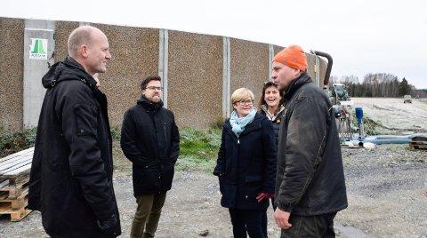 Eilev Mellerud tar imot Høyre-politikere ved biotank på Sørum gård. Anders Werp fra venstre, Christopher A. Wand, Kristin Ørmen Johnsen og leder i Hole Høyre, Kristin Remme.