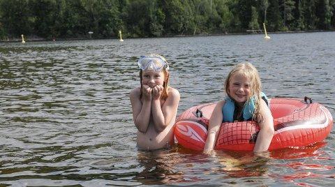 Kulde er subjektivt, og selv 21° kan være kaldt for mange nordmenn. I hvert fall hvis man er ute i vannet like lenge som disse to, som her bader på Sløvika Camping. Begge syns Sløvika Camping være en veldig koselig badeplass.