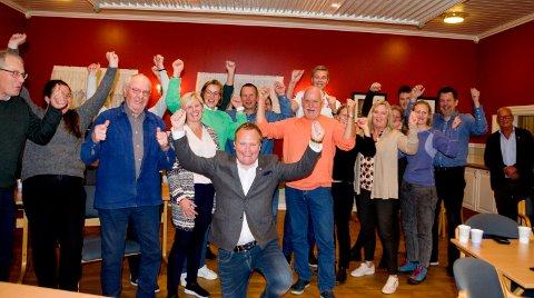 JUBEL: Det var en fornøyd Senterparti-gjeng som kunne slippe jubelen løs etter tidenes valgresultat i Ringerike. Her fra valgvaken på Benterudstua.