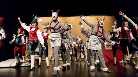 SAMSPILT: De har laget seg et stykke med mange aktører på scenen – på det meste er de 58. Her er ungrein og pakkemakere i taktfast forening. Alle Foto: Lisbeth Andresen