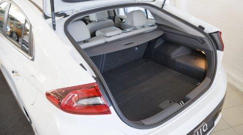 STØRRE: Hyundai Ioniq er en større bil enn de fleste av konkurrentene. De har også fulgt oppskriften fra VW e-Golf og utseende ser ut som en vanlig bil.
