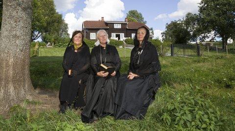 UNDER EIKA PÅ HUSER GÅRD: Presteenkene tar seg en hvil i hagen. Fra venstre: Maren Wendelboe Binderup, Mette Christine Monrad og Anne Rosing. FOTO: KJELL R. HERMANSEN