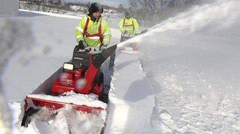 På TAKET: «Knudsen og Hansen på taket». Bygdeservice-karene har travle dager denne snøvinteren. Hver eneste dag i flere uker har de arbeidet med å rydde tak frie for snø. alle foto: KJELL AASUM