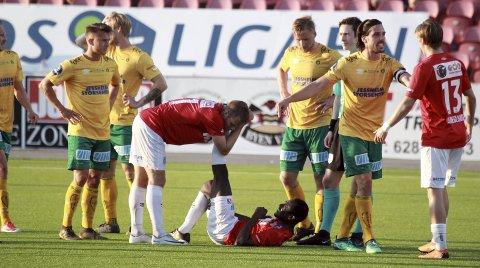 Krampaktig: Det var langt flere spillere i rød drakt som lå nede med krampe på Gjemselund. Begge foto: Ole Johnny Myhrvold, Glåmdalen